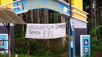 Spanduk bernada penolakan terhadap Front Pembela Islam atau FPI bertebaran di Cilacap barat. (Foto: Liputan6.com/Dok. Mahardika-STMIK Komputama)