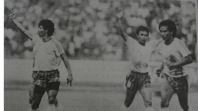 Ajat Sudrajat (kiri) melakukan selebrasi usai mencetak gol buat Persib. Walau akhirnya pindah ke Bandung Raya, sosok pengguna nomor punggung 10 itu tetap jadi idola bobotoh. (Bola.com/Dokumentasi Pikiran Rakyat)