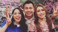 """🏻Terimakasih Surabaya PESBUKERS MENCARA BAKAT !!!!! ✈️ Fly Back 😎,"" tulis Raffi Ahmad dalam foto yang diunggahnya dan ternyata ada juga Beniqno bersama Ayu dan Raffi. (Instagram/raffinagita1717)"
