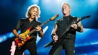Gitaris Metallica Kirk Hammett (kiri) dan Vokalis James Hetfield saat tampil di Festival d'ete de Quebec di Quebec City, Kanada (14/7). Ribuan penonton terhibur dengan aksi panggung band metal tersebut. (Photo by Amy Harris/Invision/AP)