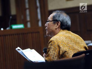 Pengusaha Made Oka Masagung saat menjawab pertanyaan Jaksa Penuntut Umum KPK pada sidang lanjutan dugaan korupsi proyek e-KTP dengan terdakwa Setya Novanto di Pengadilan Tipikor, Jakarta, Senin (22/1). (Liputan6.com/Helmi Fithriansyah)