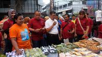 CEO BNI Wilayah Jakarta Senayan, Yanar Siswanto bersama Walikota Jakarta Selatan; Marullah Matali mencicipi jajanan di pasar kue subuh Blok M Square.