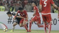 Bek Persija Jakarta, Sandi Sute, berebut bola dengan striker Home United, Song Ui-young, pada laga Piala AFC di SUGBK, Jakarta, Selasa (15/5/2018). Persija takluk 1-3 dari Home United. (Bola.com/M Iqbal Ichsan)