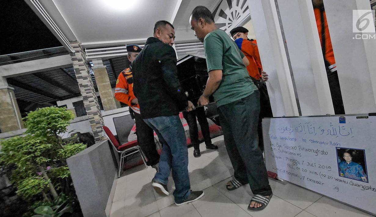 Jenazah Kapus Data Informasi dan Humas BNPB Sutopo Purwo Nugroho dibawa menuju ambulans untuk diberangkatkan ke Bandara Soekarno-Hatta usai disemayamkan di rumah duka Raffles Hils, Cimanggis, Depok, Senin (7/7/2019). Sutopo akan dikebumikan di Boyolali. (Liputan6.com/Herman Zakharia)