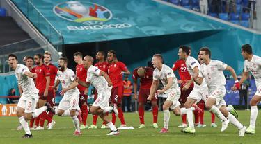 Spanyol akhirnya keluar sebagai pemenang di babak Perempatfinal Piala Eropa 2020 ini. Mereka akan bertanding dengan pemenang antara Belgia dan Italia di semifinal nantinya. (Foto: AP/Pool/Maxim Shemetov)
