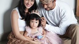 Dalam balutan serba putih, proses pemotretan keluarga kecil ini makin nampak harmonis dengan menggunakan tema kerajaan. (Liputan6.com/IG/@riodewanto)