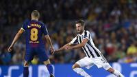Miralem Pjanic berusaha menahan laju Andres Iniesta pada laga Juventus kontra Barcelona di Camp Nou (12/9/2017). (doc. Juventus)