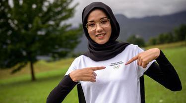 Masomah Ali Zada merupakan pembalap berhijab yang mewakili Tim Pengungsi pada cabang olahraga balap sepeda jalan raya di Olimpiade Tokyo 2020. Perjuangan wanita 24 tahun ini sangat panjang hingga dapat berkompetisi di ajang olah raga paling bergengsi di dunia ini. (Foto: AFP/Fabrice Cofrini)