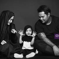 Virgoun bersama istrinya, merasakan kebahagiaan. Terlebih saat hadirnya Starla dalam kehidupan rumah tangga mereka. (Foto: Bambang E Ros, MUA: @rezyandriati, DI: Muhammad Iqbal Nurfajri/Bintang.com)