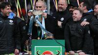 Manajer Manchester City, Pep Guardiola, mencium trofi Piala Liga Inggris setelah mengalahkan Aston Villa pada laga final di Stadion Wembley, London, Minggu (1/3/2020). Manchester City memastikan trofi Piala Liga Inggris ketiga secara beruntun setelah menang 2-1 atas Aston Villa. (AP/Ian Walton)