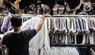 Pengunjung memilih pakaian bekas impor di Pasar Senen, Jakarta, Kamis (4/3/2021). Rudi (34) salah satu pedagang mengungkapkan penjualan pakaian bekas impor di Pasar Senen merosot hingga 50 persen sejak awal pandemi COVID-19 melanda Ibu Kota. (merdeka.com/Iqbal S. Nugroho)