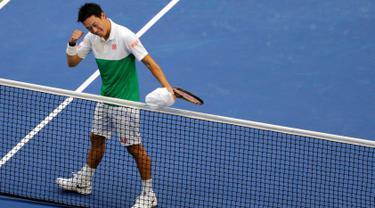 Petenis Jepang, Kei Nishikori berselebrasi setelah mengalahkan Marin Cilic dari Kroasia pada perempat final turnamen tenis AS Terbuka di New York, Rabu (5/9). Nishikori lolos ke semifinal dengan skor 2-6, 6-4, 7-6(5), 4-6, dan 6-4. (AP/Frank Franklin II)