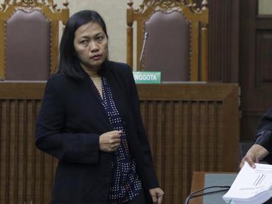 Terdakwa perantara suap mantan anggota DPR Bowo Sidik Pangarso, M Indung Andriani (kiri) usai menjalani sidang pembacaan tuntutan di Pengadilan Tipikor, Jakarta, Rabu (16/10/2019). M Indung Andriani dituntut 4 tahun penjara dan denda Rp 200 juta. (Liputan6.com/Helmi Fithriansyah)