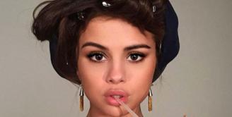 Selena  Marie Gomez,  lahir di Grand Prairie, Amerika Serikat 22 Juli 1992.  Selena mengawali jenjang kariernya lewat serial anak-anak yang bertajuk 'Barney And Friends', The Wizard Of  Waverly Place' .  (via instagram@selenagomez/Bintang.com)