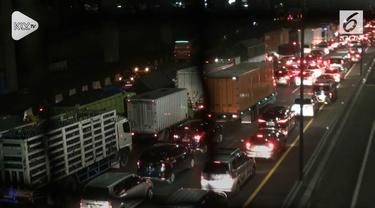 Volume  kendaraan didalam ruas jalan tol Jakarta – Cikampek tepatnya di Kilometer Tujuh dan Delapan, Jatibening,  kota Bekasi, Jawa Barat mengalami kepadatan volume kendaraan yang signifikan, Minggu dini hari.