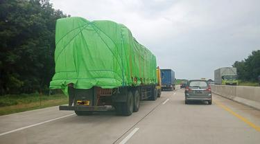 Truk kelebihan muatan atau Overdimension and Overload (odol) melintas di jalan tol. (Istimewa)
