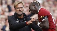 Striker Liverpool, Sadio Mane, melakukan selebrasi bersama pelatih Jurgen Klopp usai mencetak gol ke gawang Crystal Palace pada laga Premier League di Stadion Anfield, Sabtu (19/8/2017). Liverpool menang 1-0 atas Crystal Palace. (AP/Martin Rickett)