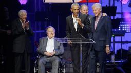 Mantan Presiden Barack Obama didampingi empat mantan Presiden AS lainnya berpidato dalam acara konser amal di College Station, Texas (21/10). Acara ini untuk menggalang dana bantuan korban badai yang menimpa AS dan sekitarnya. (AP Photo/LM Otero)