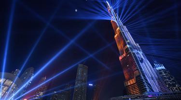 Pertunjukan sinar laser dari menara tertinggi di dunia, Burj Khalifa, pada malam perayaan Tahun Baru di Dubai, 31 Desember 2017. Burj Khalifa bermandikan sinar laser menyilaukan dalam gerakan dinamis yang disinkronkan dengan musik. (Giuseppe CACACE/AFP)