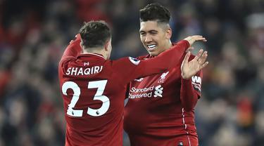 Striker Liverpool, Roberto Firmino, merayakan gol yang dicetaknya ke gawang Arsenal pada laga Premier League di Stadion Anfield, Liverpool, Sabtu (29/12). Liverpool menang 5-1 atas Arsenal. (AP/Rui Veira)