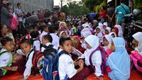 Ratusan murid SD Negeri 62 Kota Bengkulu terpaksa belajar di jalanan karena sekolah mereka disegel pemilik lahan. (Liputan6.com/Yuliardi Hardjo)