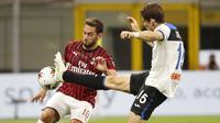 Gelandang AC Milan, Hakan Calhanoglu, berebut bola dengan gelandang Atalanta, Marten de Roon, pada laga lanjutan Serie A di Stadion San Siro, Sabtu (25/7/2020) dini hari WIB. AC Milan bermain imbang 1-1 atas Atalanta. (AP/Antonio Calanni)