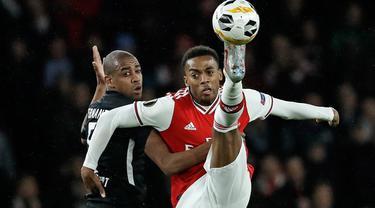 Pemain Eintracht Frankfurt, Gelson Fernandes, berebut bola dengan gelandang Arsenal Joe Willock pada matchday kelima Grup F Liga Europa di Emirates Stadium, London, Kamis (28/11/2019). Arsenal ditaklukkan Eintracht Frankfurt dengan skor 1-2 di kandang mereka sendiri. (AP/Matt Dunham)