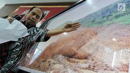 Kepala Pusat Data Informasi dan Humas BNPB Sutopo Purwo Nugroho memberikan keterangan pers di Kantor BNPB, Jakarta, Rabu (2/1). Proses evakuasi terkendala oleh sulitnya akses alat berat menuju lokasi longsor. (Liputan6.com/JohanTallo)