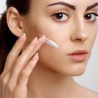 Makeup dan skincare ini akan lebih optimal jika diaplikasikan dengan jari / Image: Shutterstock