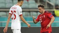 Gelandang Swiss, Xherdan Shaqiri (kanan) melakukan selebrasi usai mencetak gol kedua Swiss ke gawang Turki dalam laga Grup A Euro 2020 di Baku Olympic Stadium, Azerbaijan, Minggu (20/6/2021) malam WIB. (Foto: AP/Pool/Darko Vojinovic)
