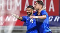 Pemain Italia Ciro Immobile (kanan) merayakan dengan rekan setimnya Lorenzo Insigne setelah mencetak gol ke gawang Republik Ceko pada pertandingan persahabatan internasional di Bologna, Italia, Jumat (4/6/2021). Italia menang 4-0. (AP Photo/Antonio Calanni)
