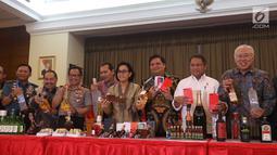 Menteri Keuangan Sri mulyani bersama sejumlah menteri lainnya dan Kapolri Jedral Tito Karnavian menunjukkan barang bukti hasil sitaan di Bea dan Cukai, Jakarta, Kamis (15/2). (Liputan6.com/Anggan Yuniar)