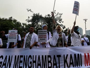 Para Dokter Muda Turun Ke Jalan Demo di Depan Istana