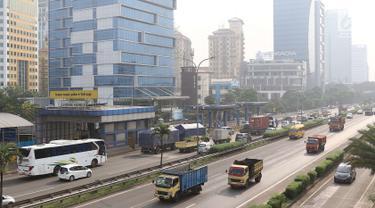 Suasana di ruas Jalan Tol Lingkar Luar Jakarta, Jumat (25/5). Guna mengantisipasi kemacetan saat Asian Games, pemerintah akan segera menguji coba pembatasan truk pada Juni 2018 mendatang. (Liputan6.com/Immanuel Antonius)