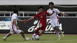 Gelandang Timnas Indonesia U-22, Feby Eka, berusaha melewati pemain Timnas Iran U-23 pada laga uji coba internasional di Stadion Pakansari, Bogor, Sabtu (16/11). Indonesia menang 2-1 atas Iran. (Bola.com/Yoppy Renato)