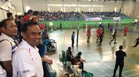 Sekda DKI Jakarta Saefullah menyaksikan sejumlah pertandingan dalam ajang Pornas Korpri ke-15 tahun 2019 di Kepulauan Bangka Belitung, Sabtu (16/11/2019). (Liputan6.com/Ika Defianti)