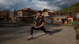 Atlet ultra marathon Kashmir, Hamid Aziz berlatih di atap gedung pertemuan yang terbengkalai di Srinagar pada 21 April 2020. Seperti atlet yang lain, Aziz harus menjalani latihan di rumah namun, lockdown bagi 7 juta penduduk Kashmir bukan hal yang baru. (AP Photo/Dar Yasin)