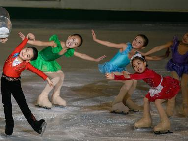Aksi Anak-anak bermain ice skating selama 'Festival Gambar Skating Hadiah Paektusan ke-26 dalam Perayaan Hari Bintang Cemerlang' sebagai bagian perayaan ulang tahun mendiang pemimpin Korea Utara Kim Jong il di Pyongyang (15/2). (AFP Photo/Ed Jones)