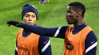 Pemain Prancis, Paul Pogba, dan Kylian Mbappe, saat mengikuti latihan jelang laga lanjutan UEFA Nations League 2020/2021 di Stadion Maksimir, Kroasia, Rabu (14/10/2020). Prancis akan menghadapi Kroasia. (AFP/Franck Fife)
