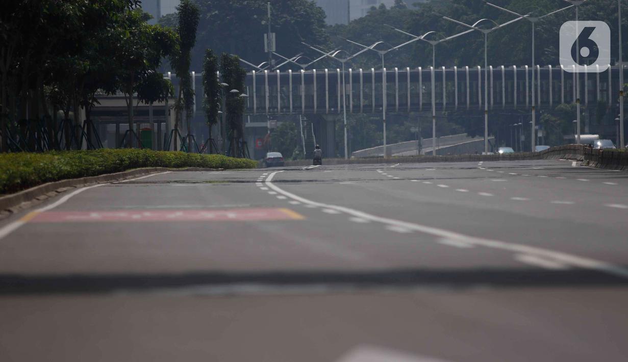 Suasana Jalan lengang di beberapa ruas jalan protokol di Jakarta, Jumat (10/4/2020). Pemerintah resmi memberlakukan PSBB setelah adanya Peraturan Pemerintah (PP) Nomor 21 Tahun 2020 dengan didukung oleh Peraturan Menteri Kesehatan (PMK) Nomor 9 Tahun 2020. (Liputan6.com/Angga Yuniar)