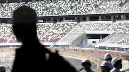 Awak media mengunjungi Stadion Nasional Tokyo, yang akan menjadi pusat penyelenggaraan Olimpiade 2020, di Tokyo pada Rabu (3/7/2019). Stadion tersebut didesain oleh arsitek Jepang, Kengo Kuma, dan konstruksinya mewakili koneksi Jepang dengan alam bebas. (Behrouz MEHRI/AFP)