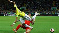 Pemain timnas Inggris, Kieran Trippier berebut bola dengan pemain Kolombia, Johan Mojica pada 16 besar Piala Dunia 2018 di Stadion Spartak, Selasa (3/7). Inggris lolos ke perempat final setelah menang adu penalti 4-3 atas Kolombia. (AP/Victor R. Caivano)