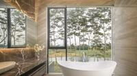 Desain kamar mandi IL HOUSE di Bandung karya RAKTA STUDIO. (dok.Arsitag.com/Dinny Mutiah)