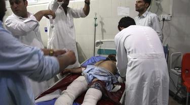 Seorang pria yang terluka menerima perawatan di rumah sakit setelah adana ledakan bom mobil bunuh diri dan serangan oleh beberapa pria bersenjata di Jalalabad, sebelah timur Kabul, pada hari Minggu