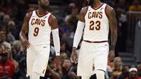 LeBron James (kanan) kembali tampil memperkuat Cleveland Cavaliers setelah absen pada tiga laga pramusim NBA, Rabu (11/10/2017) pagi WIB. (NBA)