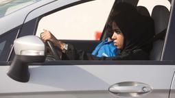 Seorang siswa saat mengikuti kursus mengemudi di kampus Effat University, di Jeddah, Arab Saudi, (6/3). Keputusan kerajaan Arab Saudi tersebut menaikkan salah satu bentuk diskriminasi terhadap wanita di Arab Saudi. (AP Photo/Amr Nabil)