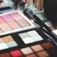 Sontek trik dari para makeup artist saat mengaplikasikan eyeshadow agar hasilnya sempurna. (Foto: Unsplash)