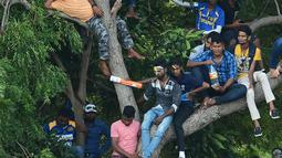 Ekspresi suporter Sri Lanka saat menyaksikan pertandingan kriket antara Sri Lanka dan India  pada One Day International (ODI) di Stadion Kriket Internasional Rangiri Dambulla di Dambulla (20/8). (AFP Photo/Lakruwan Wanniarachchi)