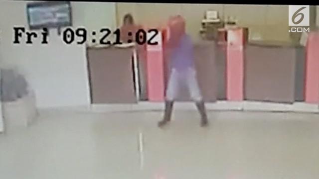 Seorang pria yang menggunakan senjata laras panjang terekam kamera CCTV. Pelaku merampok Bank BNI Cabang Boven Digoel Jayapura, Papua.