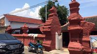Dari depan mirip klenteng, bagian dalam Masjid Merah bergaya Arab. (Liputan6.com/Panji Prayitno)